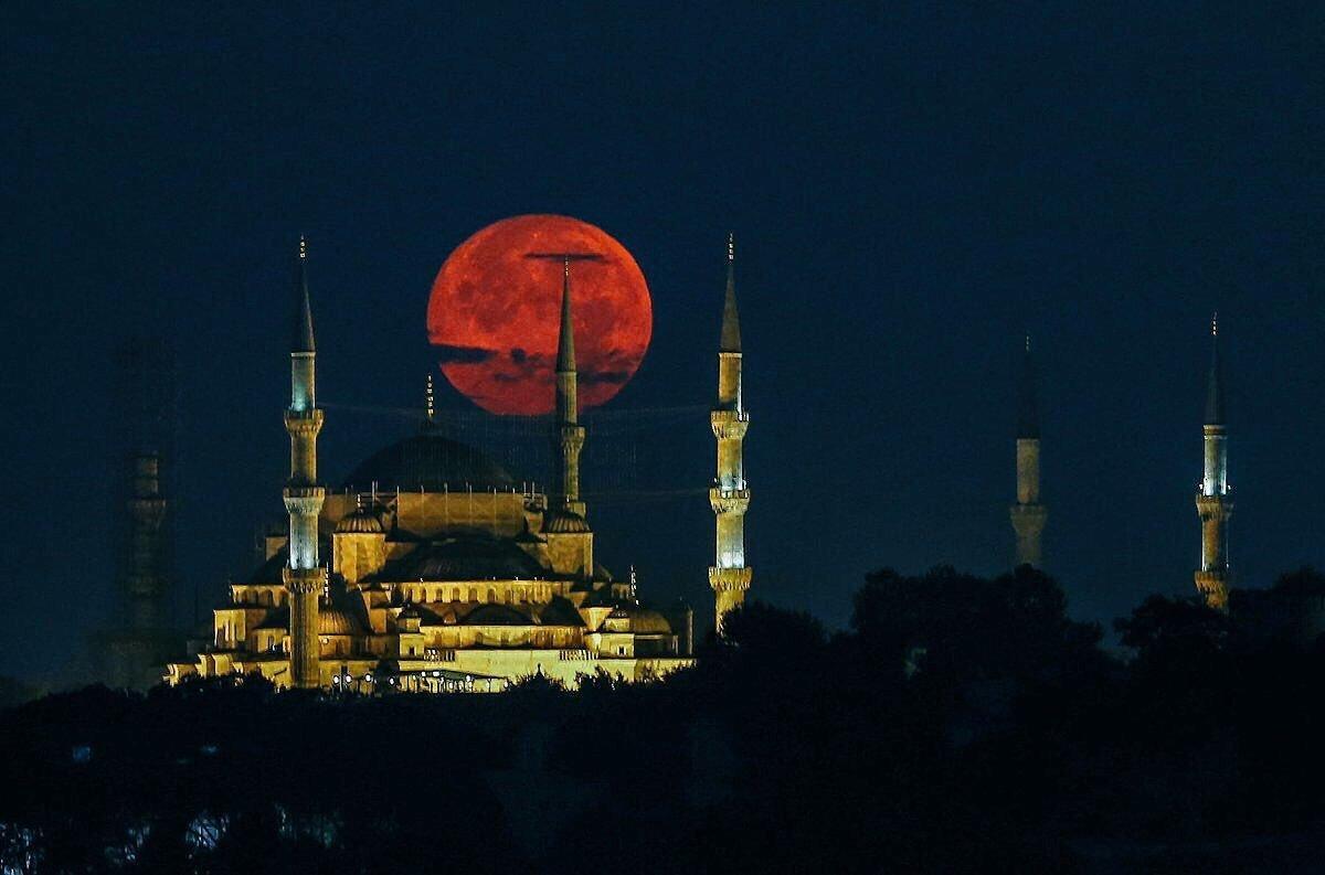 Кровавая луна 2018: 7 удивительных фото со всего мира
