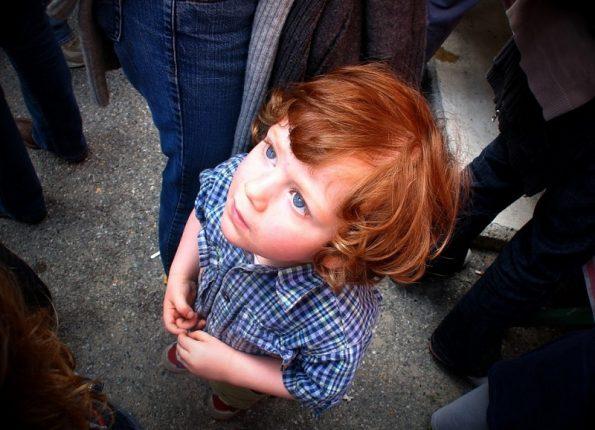 Ребенок в толпе